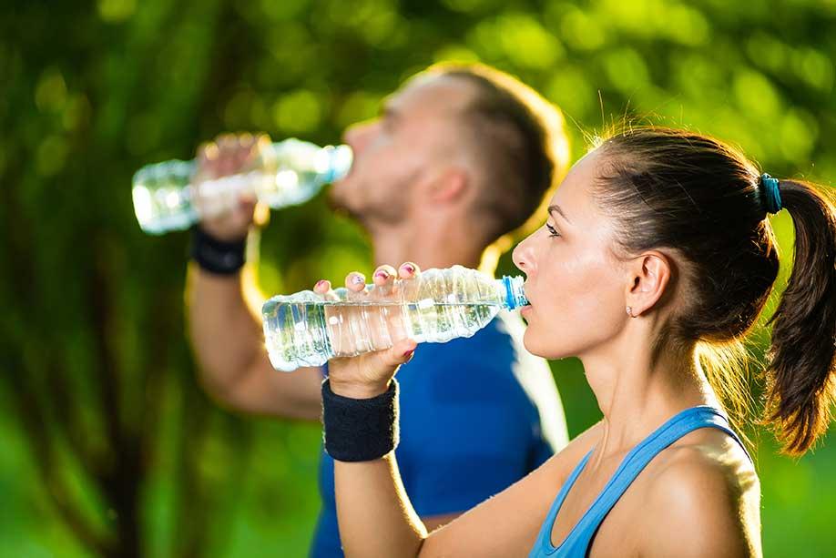 femme et homme buvant de l'eau